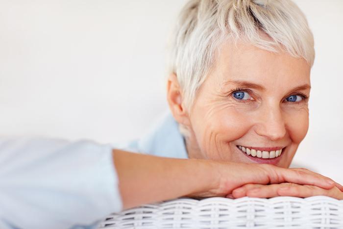Conheça 3 soluções em próteses dentárias para a perda dos dentes na maturidade