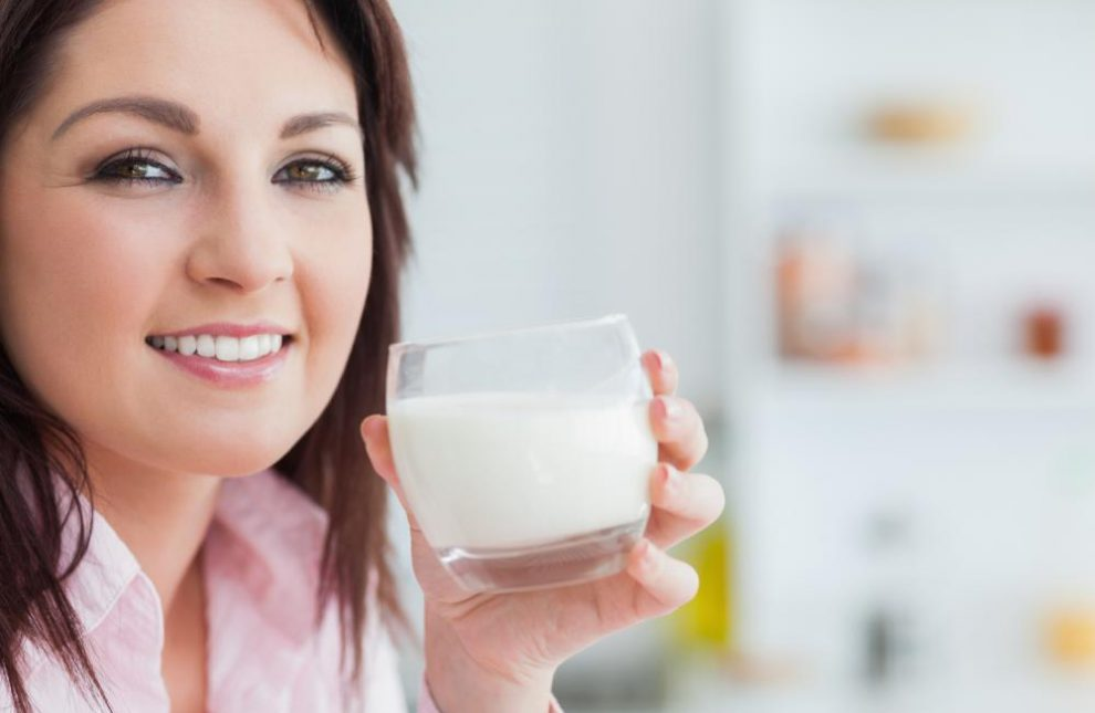 Verdade ou mito: beber leite ajuda os dentes a ficarem mais fortes?